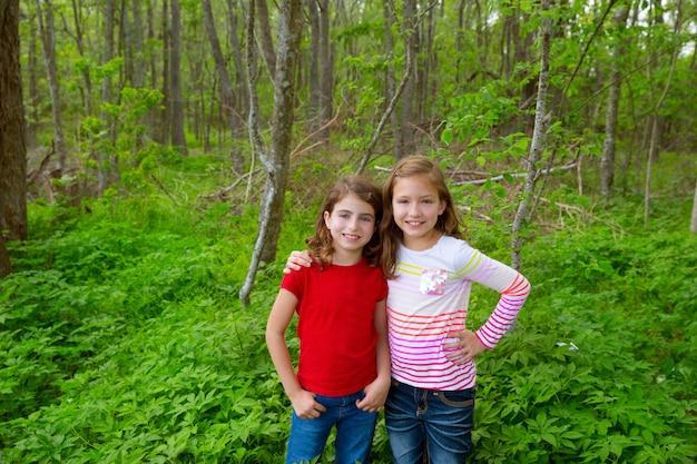 Kinderfreundinnen, die auf dem dschungelparkwald spielen