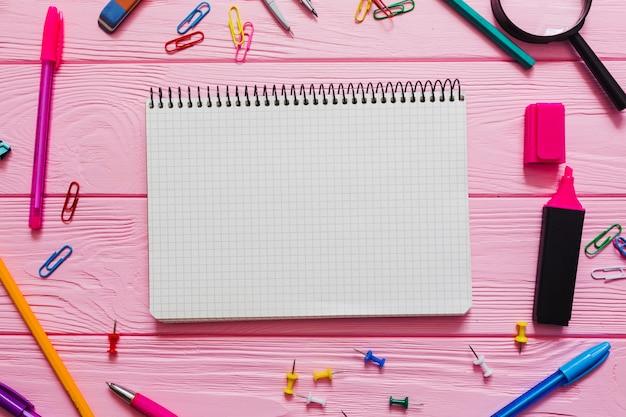 Kinderfreundliches notizbuch mit farben