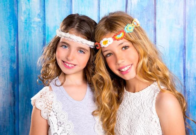 Kinderfreundmädchen-hippie-retrostil, der zusammen lächelt