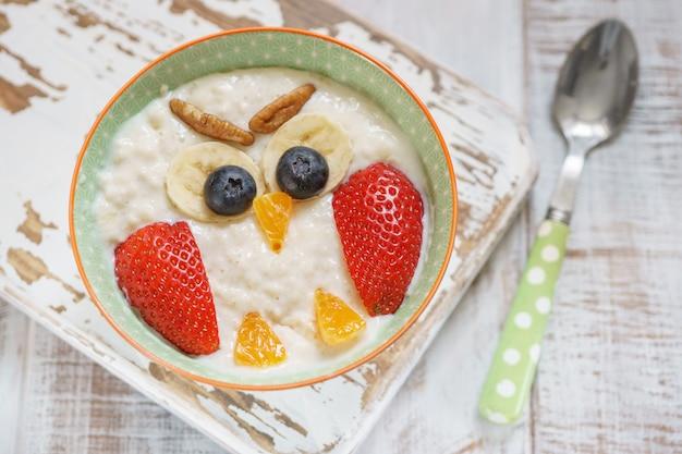 Kinderfrühstücksbrei mit früchten und nüssen