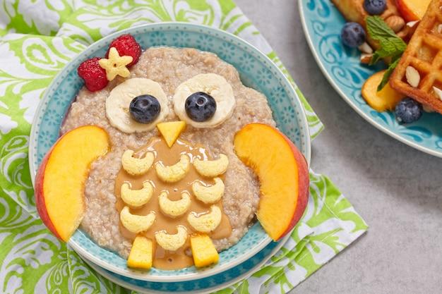 Kinderfrühstücksbrei mit früchten