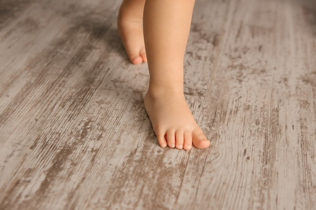 Kinderfüße auf dem holzboden nahaufnahme