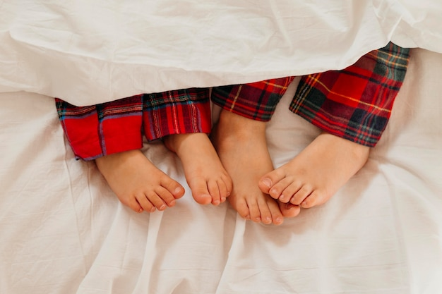Kinderfüße im bett am weihnachtstag