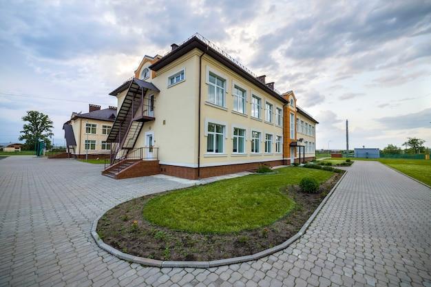 Kindergartenvorschulgebäude mit großen fenstern. architektur und entwicklung.