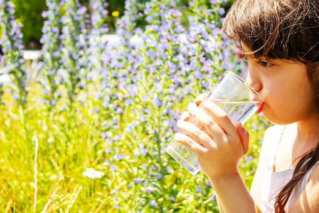 Kinderglas wasser. selektiver fokus. kinder natur