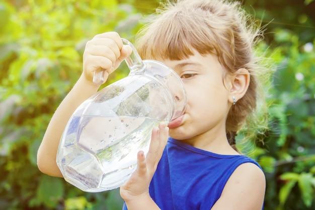 Kinderglas wasser. selektiver fokus. natur.