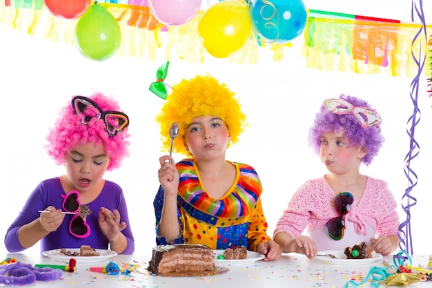 Kinderglückliche geburtstagsfeier, die schokoladenkuchen isst