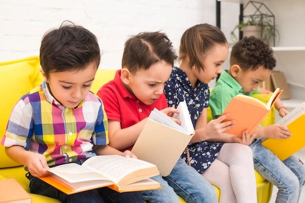 Kindergruppe, die bücher liest