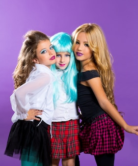 Kindergruppe von fashiondoll-modemädchen auf lila
