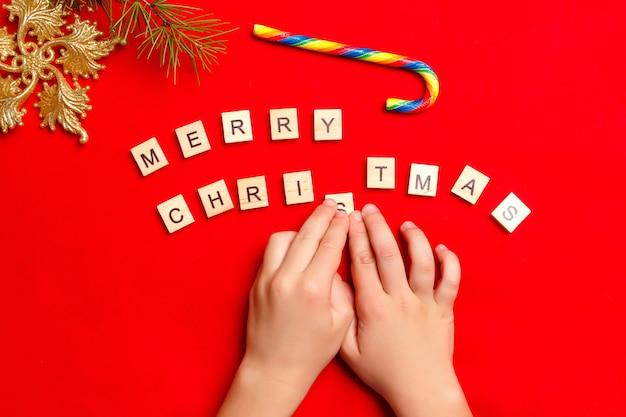 Kinderhände bilden das wort frohe weihnachten
