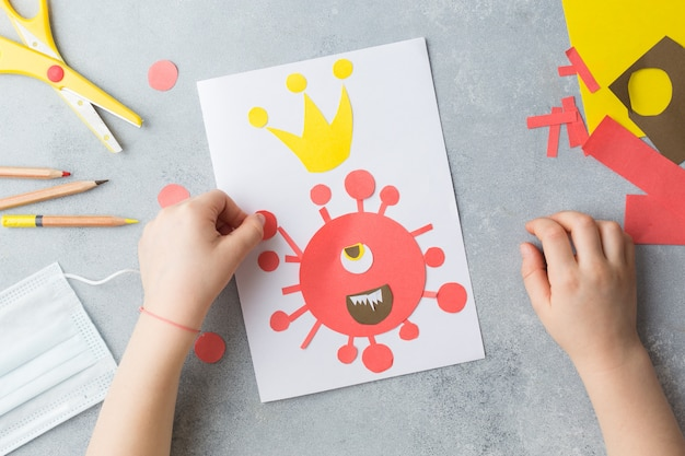 Kinderhände machen kartencollage mit corona-virus covid-19 Premium Fotos