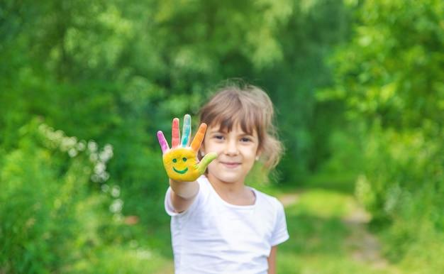Kinderhände malen ein lächeln.