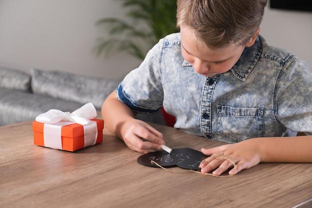 Kinderhände schreibt ich liebe dich auf kreidetafel in form eines herzens. herzlichen glückwunsch zum muttertag oder valentinstag.