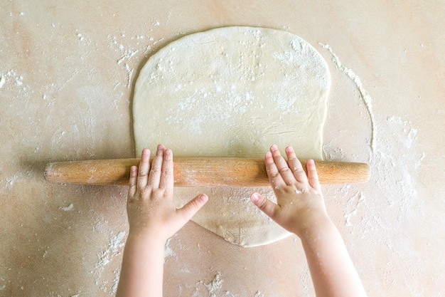 Kinderhände teig gerollt