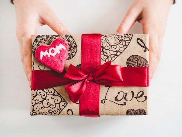 Kinderhände und eine box mit einem geschenk