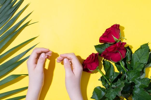 Kinderhände und rosa rosenfarnblätter, muttertagskonzept