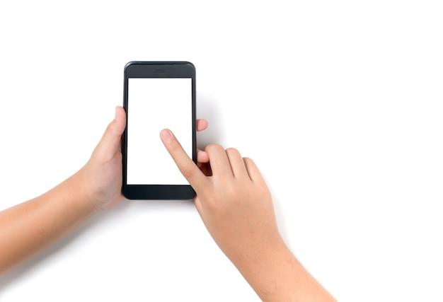 Kinderhand, die schwarzes smartphone hält und auf weißem bildschirm für werbung oder banner lokalisiert berührt