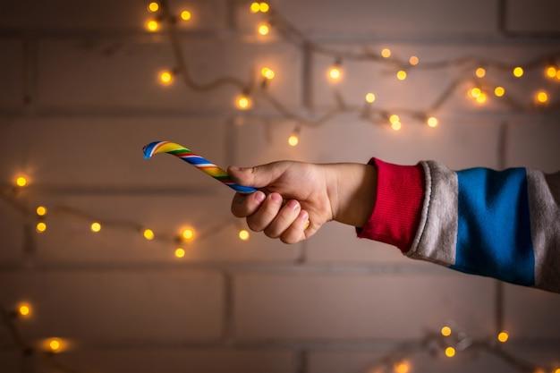 Kinderhand hält einen lutscher