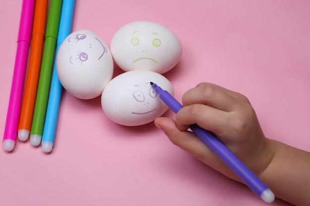 Kinderhand malt eier für ostern
