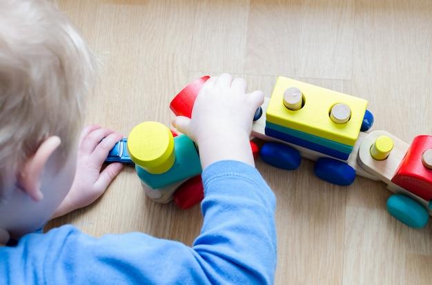 Kinderhand mit einem spielzeug