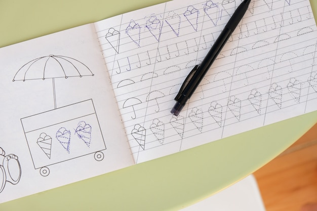 Kinderhand schreibt das rezept am tisch