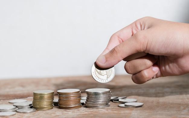 Kinderhand spart geld bokeh hintergrund