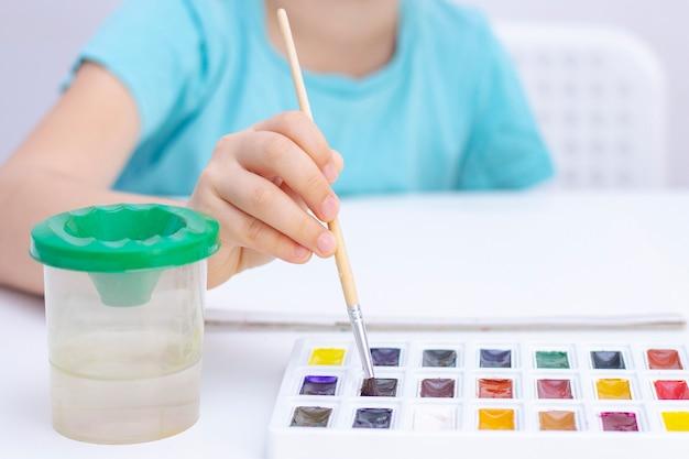 Kinderhandmalerei mit aquarellen