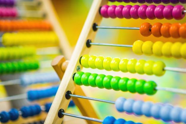 Kinderholz-abakus-spielzeug der hellen farbe
