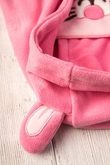 Kinderhut in form eines rosa kaninchens Premium Fotos