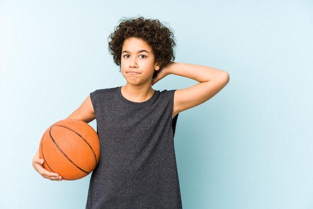 Kinderjunge, der basketball spielt