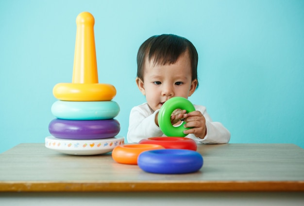 Kinderjunge, der mit bausteinen zu hause oder im kindergarten spielt
