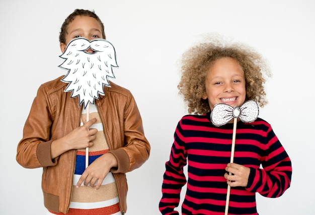 Kinderjungen-lächelndes glück-freundschafts-zusammengehörigkeits-studio-porträt