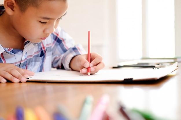 Kinderjungen-zeichnungsbild zu hause.