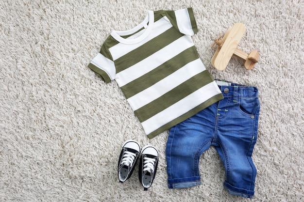 Kinderkleidung auf hellem raum