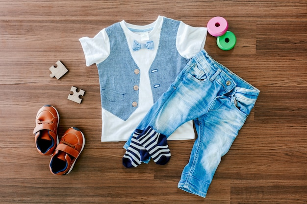Kinderkleidung auf hölzernem hintergrund