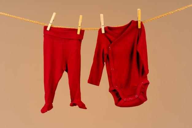 Kinderkleidung zum trocknen an eine wäscheleine geheftet