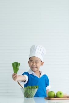Kinderkoch sind glücklich mit frischem gemüse