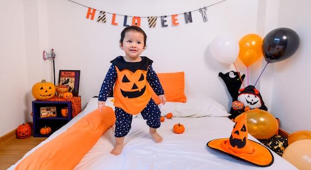 Kinderkostüm für das halloween-festival zu hause. schlafzimmerdekoration familienfeier im herbst und herbst.