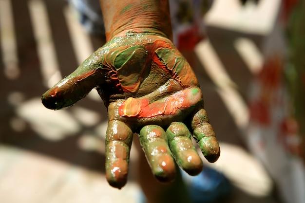 Kinderkünstlerhände, die bunt malen