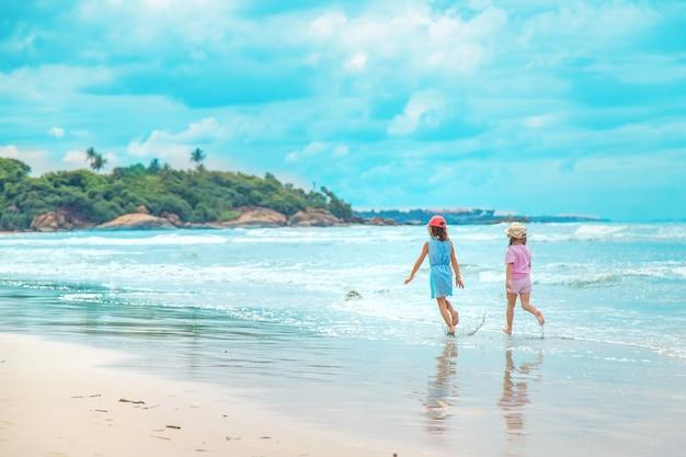 Kindermädchen am strand im ozean. selektiver fokus.