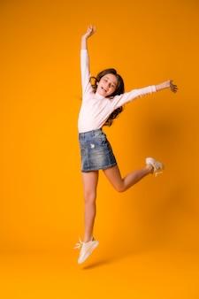 Kindermädchen, das glückliches mädchentanzen springt