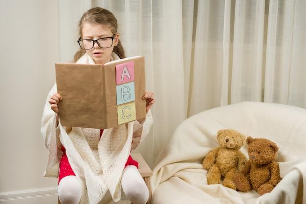 Kindermädchen, das schullehrer mit teddybären spielt