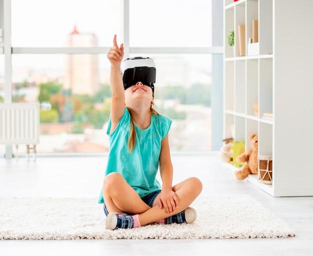 Kindermädchen, das spiele im vr-kopfhörer spielt