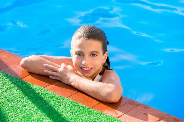 Kindermädchen im swimmingpool an den sommerferien