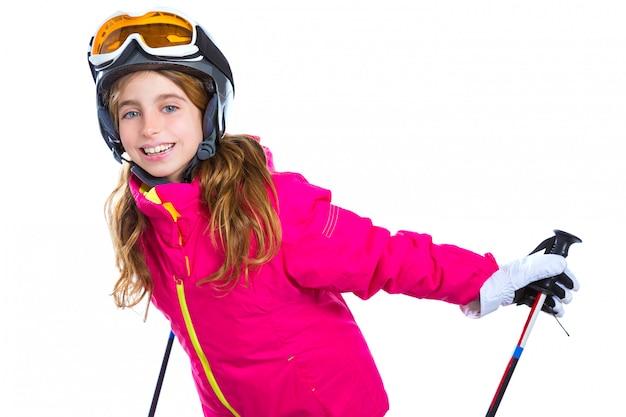 Kindermädchen mit skistockhelm und -schutzbrillen lächelnd auf weiß