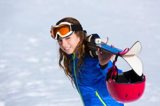 Kindermädchen-winterschnee mit skiausrüstung