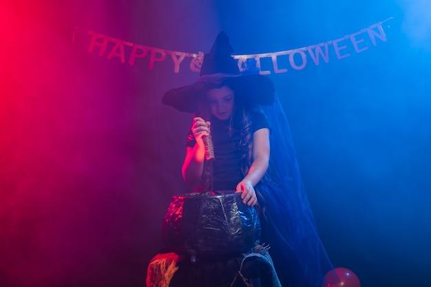 Kindermädchenhexe, die an halloween-feiertagen einen trank im kessel zubereitet