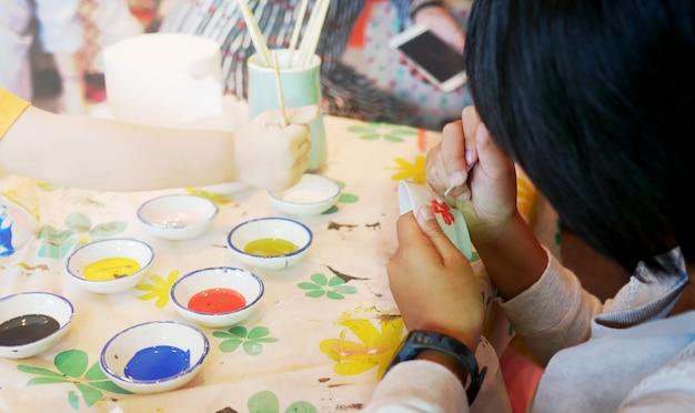 Kindermalereiblume auf schüssel.
