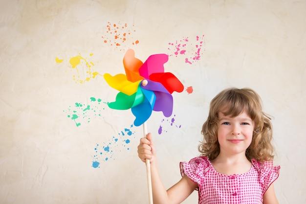 Kindermalereiwand mit mehrfarbenpalette. sanierungskonzept