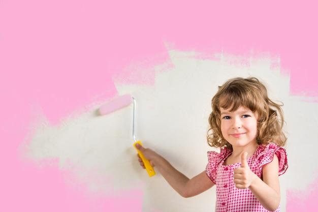 Kindermalereiwand mit rosa farbe. sanierungskonzept